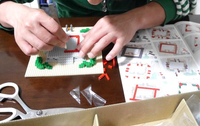 ピンセットを使ってナノブロック五重塔を組み立てているところ