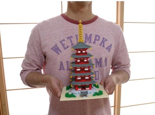 ナノブロックの五重塔の手に持っているところ