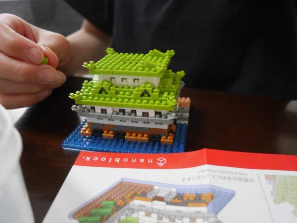 ナノブロックの名古屋城を作っているところ